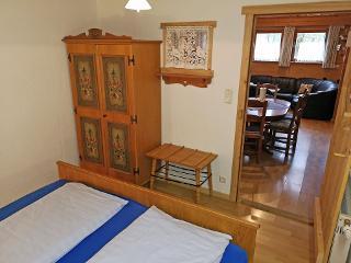 Doppelbett Bauernschrank ferienwohnung-almstadl-fetznhof-grassau-chiemgau-landpension-2
