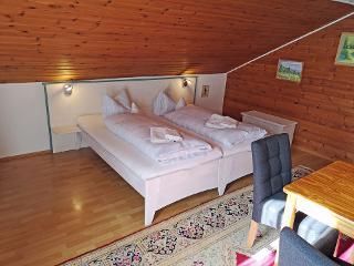 Doppelbett in Mansarde ferienwohnung-almstadl-fetznhof-grassau-chiemgau-landpension