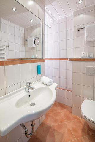 Standard Doppelzimmer Bad / Urheber: Hotel Isartor / Rechteinhaber: © Hotel Isartor