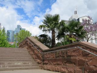 Treppenaufgang Nizza mit Palmen und Hochhäusern