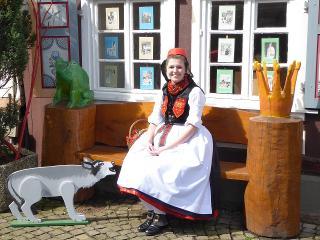 Rotkäppchen am Märchenhaus Neukirchen / Urheber: Tourismusservice Rotkäppchenland e.V. / Rechteinhaber: © Tourismusservice Rotkäppchenland e.V.