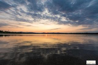 Wolkenspiegelung am Singliser See / Urheber: Wunderschönes-Nordhessen.de / Rechteinhaber: © Stephan Rech | FOTOGRAFIE