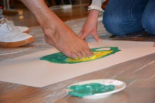 Malen mit dem Fuß / Urheber: Eilert Bretting / Rechteinhaber: © Eilert Bretting