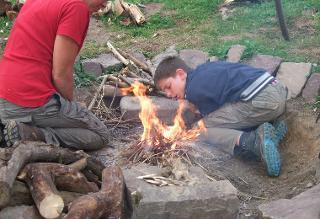 Ein Feuer entzünden / Urheber: WildnisLebenswege / Rechteinhaber: © WildnisLebenswege
