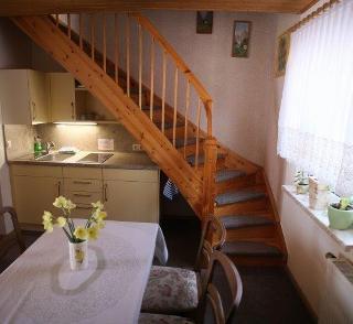 Küchenzeile und Aufgang zum Obergeschoss / Urheber: Familie Gliese / Rechteinhaber: © Gliese