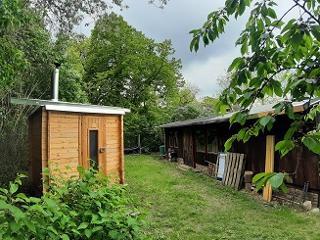 Außenansicht mit Sauna-Hütte
