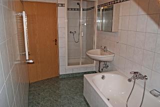 Bad mit Wanne und Dusche FW3