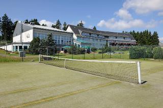 Außenansicht Hotel mit Tennisplatz