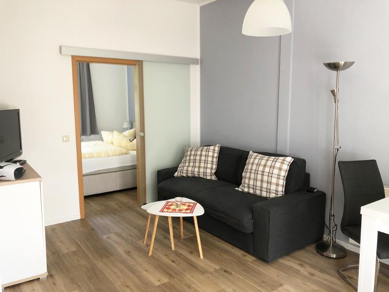 Wohnbereich und Eingang Schlafzimmer Bad Nr. 2