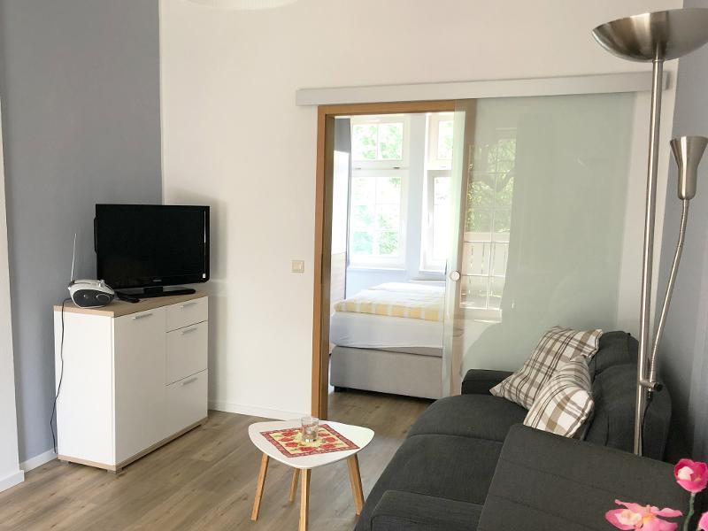 Fewo Am Thermalbad-Bad Nr. 2-gemütliche Sitzecke mit TV-Blick zum Schlafzimmer