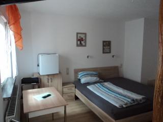 Blick in eines unserer Doppelbettzimmer (wie hier im Bild ist auch eine Einzelbelegung möglich)