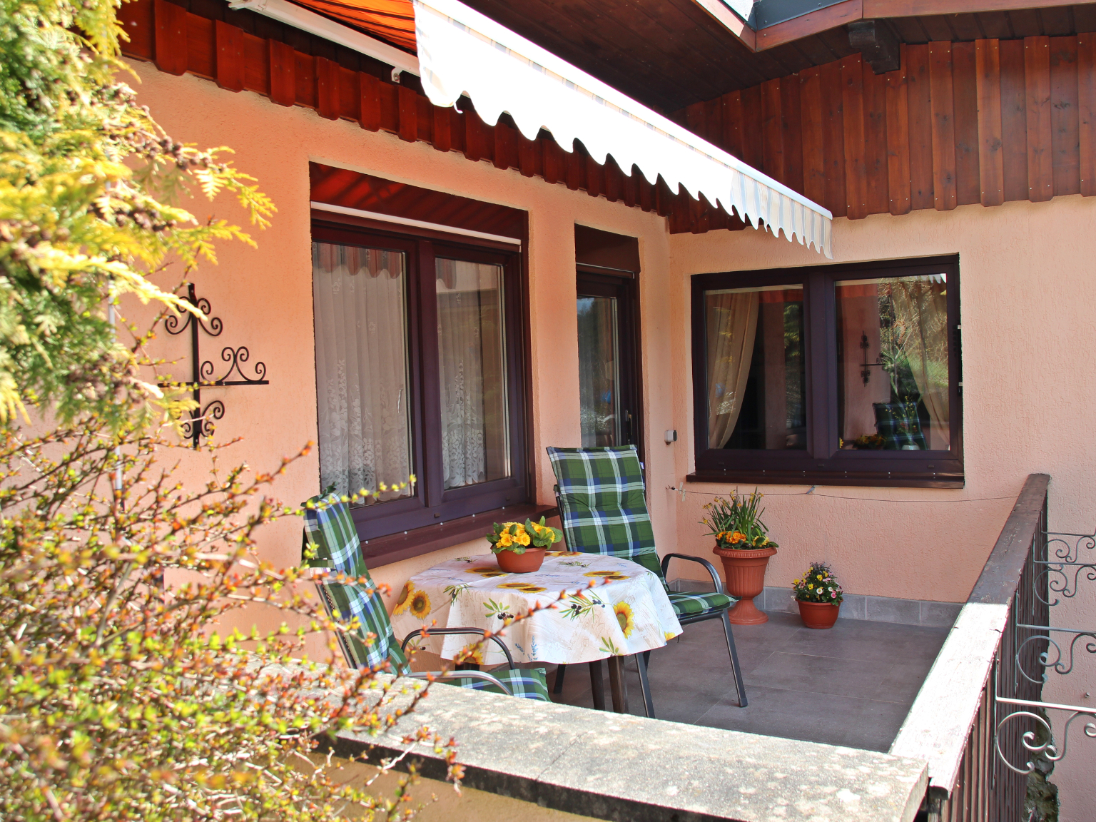 Haus Sonnenschein (Neuhaus OT Scheibe-Alsbach). Fe Ferienwohnung in Thüringen